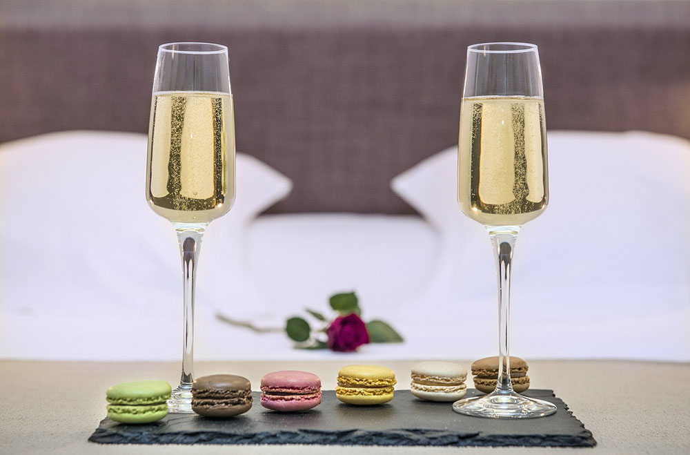 https://hotel-saintjeandemonts.com/wp-content/uploads/2019/03/macaron-accueilvip.jpg